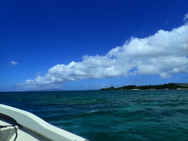 6月の沖縄の空と海
