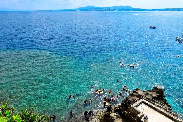 綺麗な海と泳ぐ人々