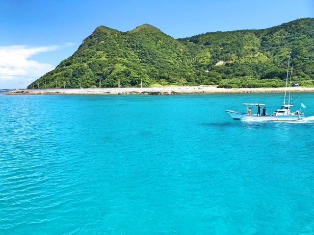 青い海に浮かぶボート