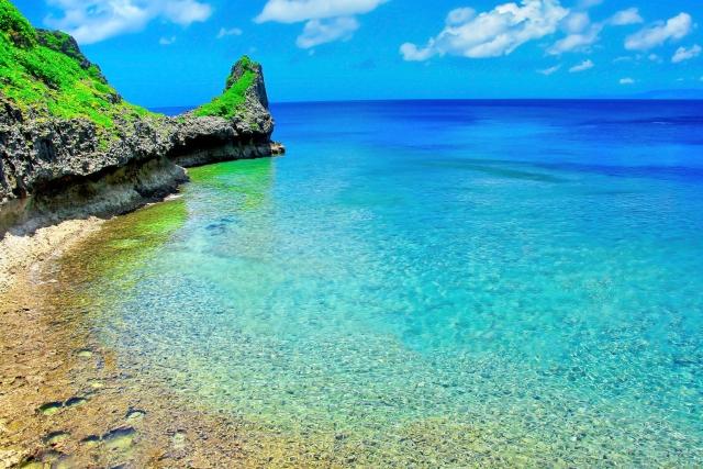 青い海と岩場