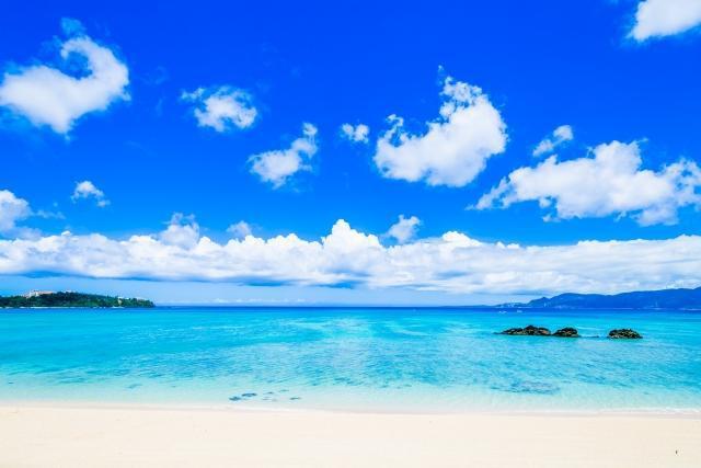 透き通った青い海