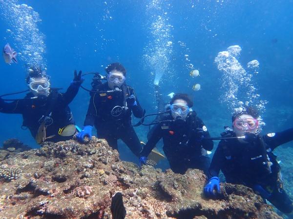 青の洞窟でのダイビングを楽しむ4人
