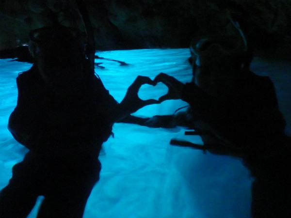 青の洞窟でのハートのシルエット写真