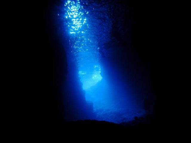 洞窟の青い光