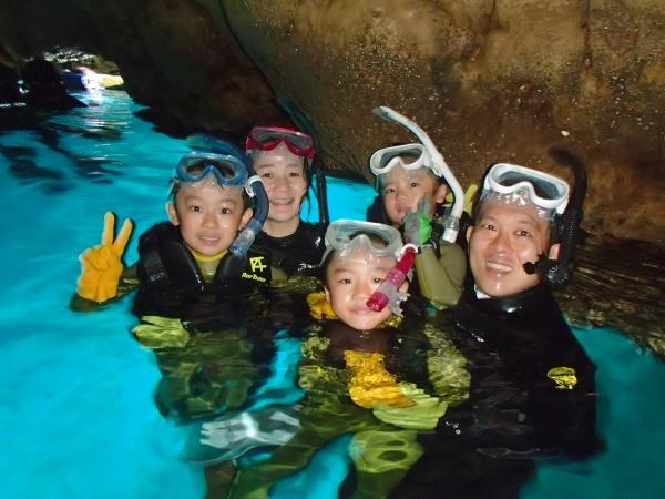 家族での青の洞窟シュノーケリング