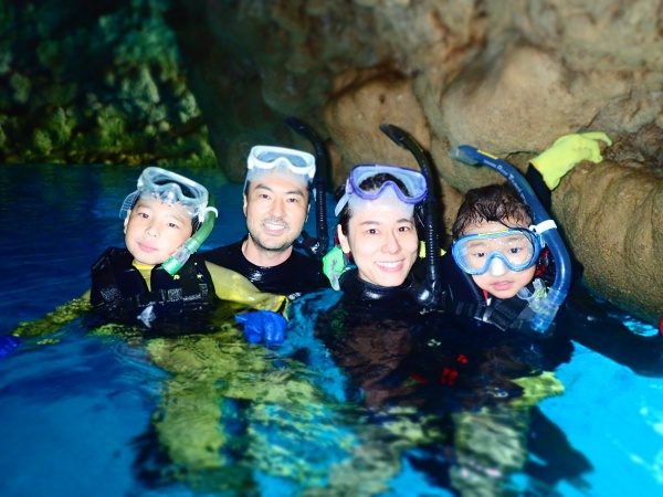 青の洞窟を楽しむ家族