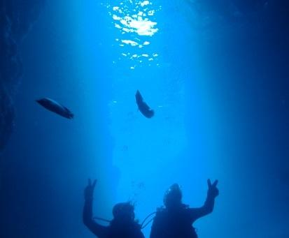 青の洞窟をダイビングする二人