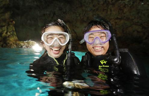 ビーチから行く青の洞窟体験シュノーケリングツアー